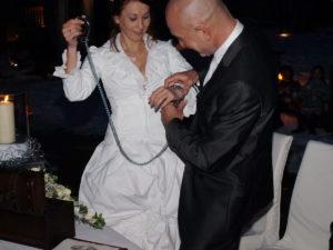 Brautpaar mit Handschellen