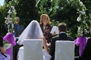 Hochzeitsrednerin mit Brautpaar