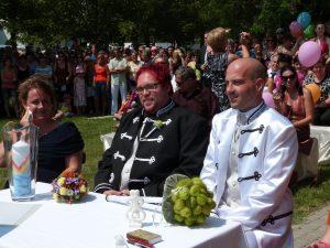 Gleichgeschlechtliches Paar bei der Freien Trauung