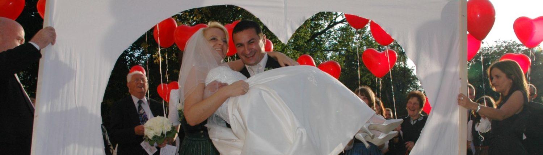 Brautpaar durchschreitet das Hochzeitsherz