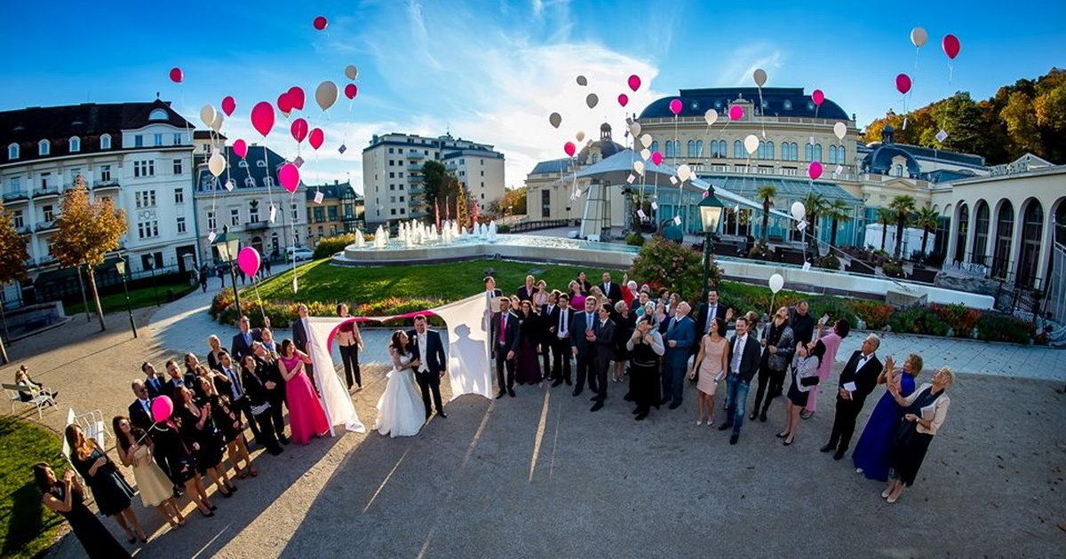 Hochzeitsherz mit Brautpaar vor dem Casino Baden