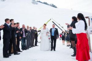 Braut mit Brauvater im Schnee Schispalier