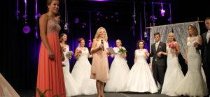 Moderatorin auf der Bühne bei der Brautkleid Modenschau